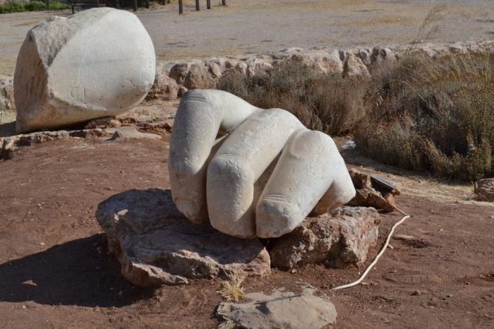 Несколько пальцев и локоть. Всё, что осталось от гигантской скульптуры. /Фото:theplacement.ru