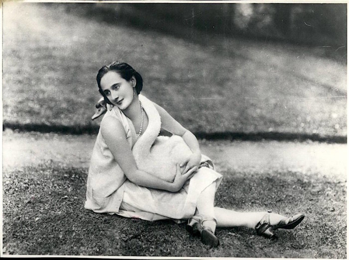Балерина в обнимку с любимым лебедем.