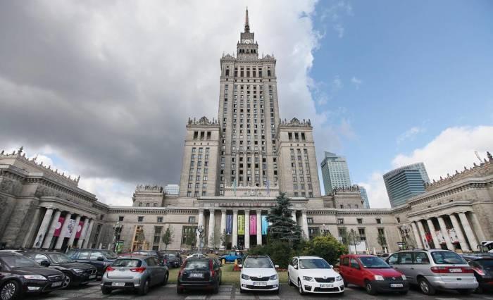 Высотку в Варшаве возводили советские строители по проекту советского архитектора. /Фото:AP