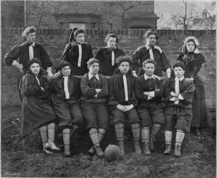 Женская футбольная команда. Англия, 1914 г. /Фото:tunnel.ru