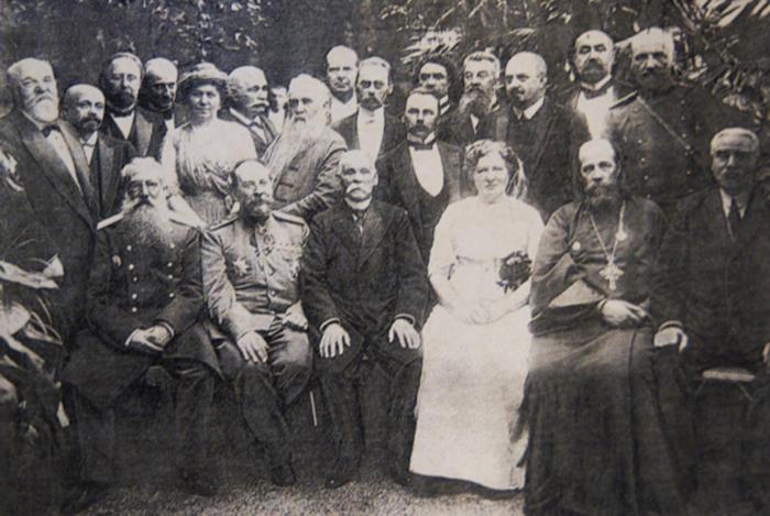 Глава семейства в окружении родственников и пайщиков фирмы. 1870 г.