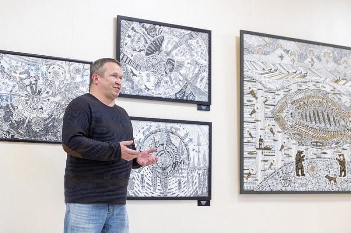 Художник на выставке в Ухте. /Фото:nepsite.ru