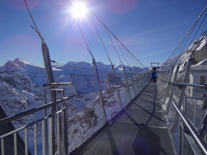 Мост над горными вершинами. /Фото:flickr.com