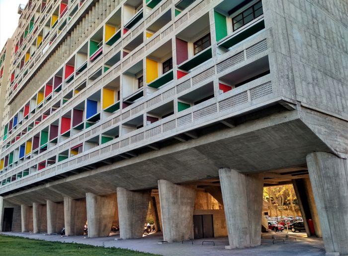 Жилая многоэтажка, построенная во Франции по проекту Корбюзье после Второй Мировой войны, включает 337 квартир 23 различных типов. /Фото:еdivento.com