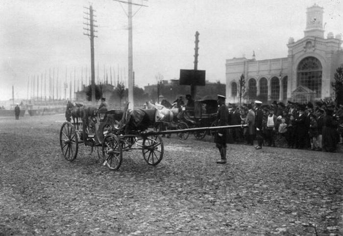 Толпы зевак возле Варшавского вокзала после покушения на министра внутренних дел В. Плеве. На заднем плане видны вешки на месте будущего храма.