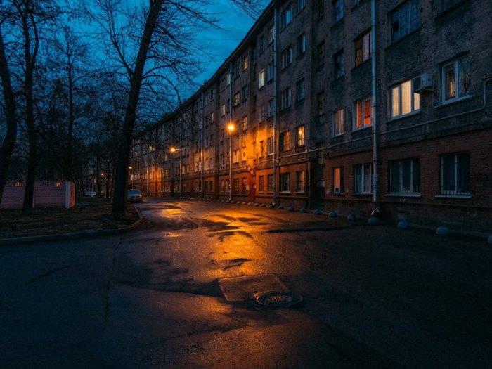Длинный изогнутый дом как символ противоречивой советской эпохи. /Фото:the-village.ru