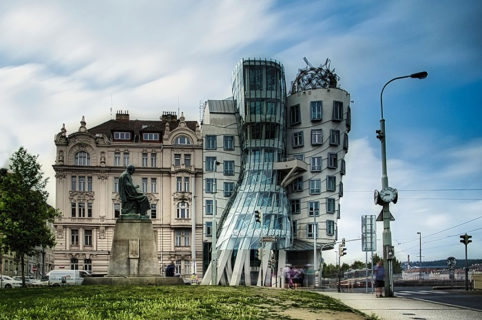 Танцующий дом невероятно странный, и его обязательно нужно увидеть гостям города. /Фото:pixabay.com