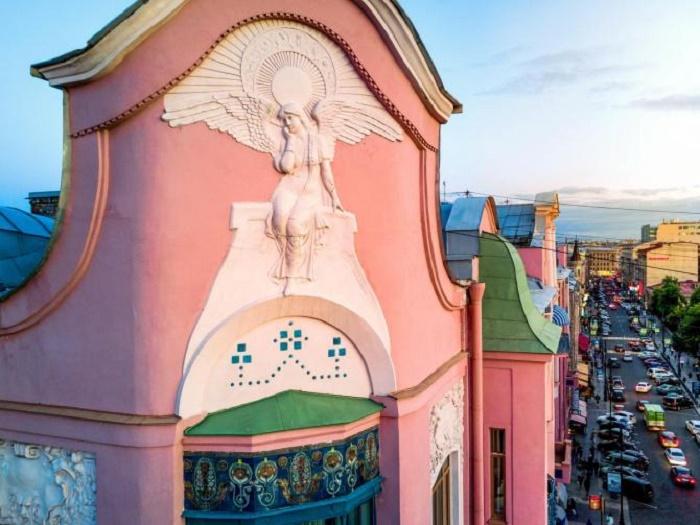 Печальный ангел над Петербургом. /Фото: Hammerok, citiwalls.ru