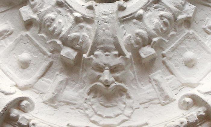В потолочной розетке можно разглядеть лицо. Говорят, это портрет хозяина дома. /Фото:podmoskovnye.ru