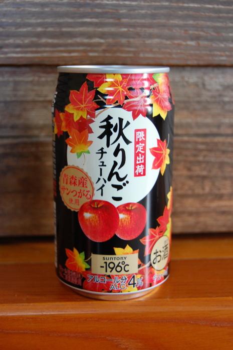 Плоды и кленовые листья на баночке. /Фото:foodsaketokyo.com