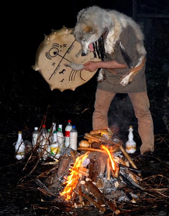 Современный шаман Адам Тенгри во время камлания (общения с духами). /Фото:express-k.kz, Ержан Ашим