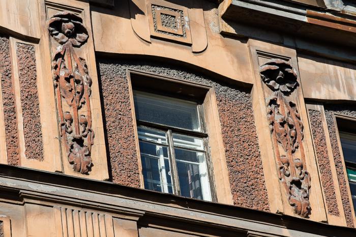 Стилизованные маки украшают дом на Некрасова. /Фото: Н.Булко, gorod-plus.t