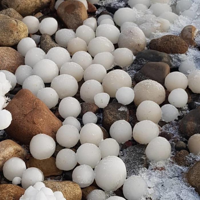 Редкое явление: Загадка ледяных шаров