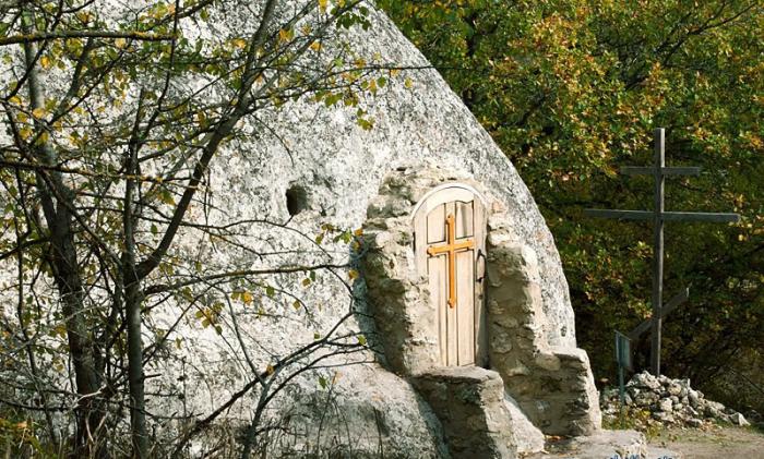 Храм сделали прямо внутри каменной глыбы. /Фото:poluostrov-krym.com