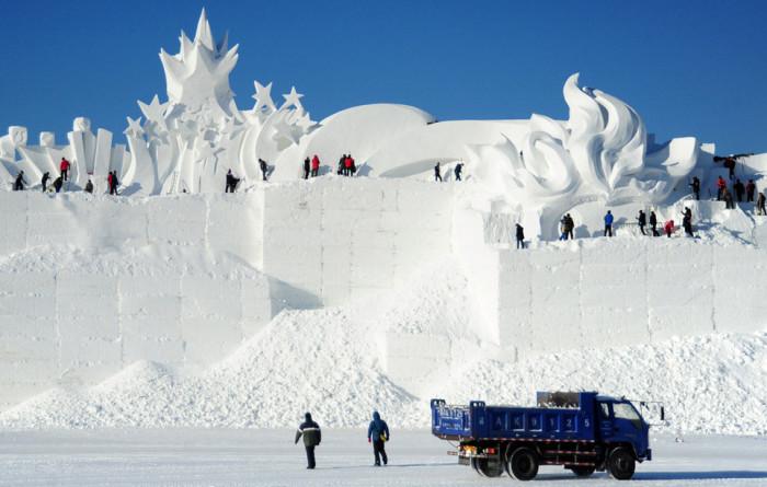 Над возведением снежно-ледового города трудились тысячи китайских рабочих. /Фото:pronedra.ru