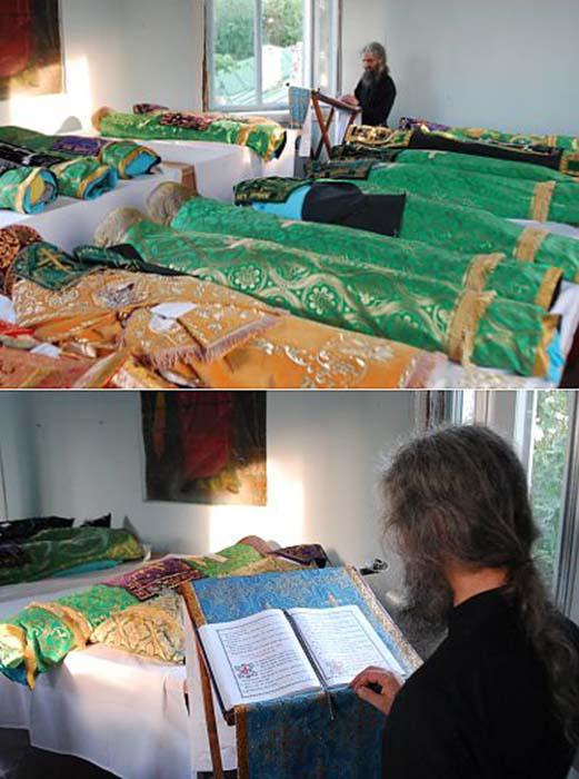 Диакон читает над мощами молитвы, пока их одежда сушится.