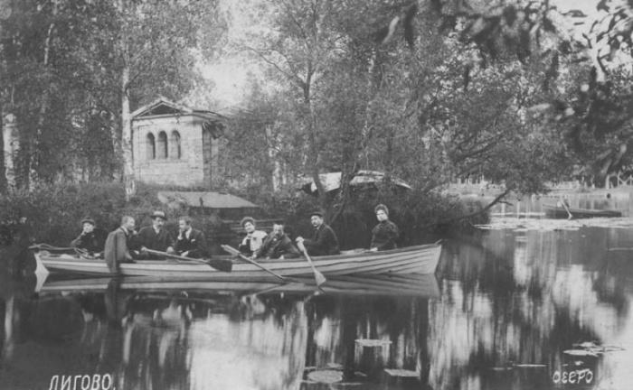 Лигово. Дачники катаются на лодке. /Фото:/7dach.ru