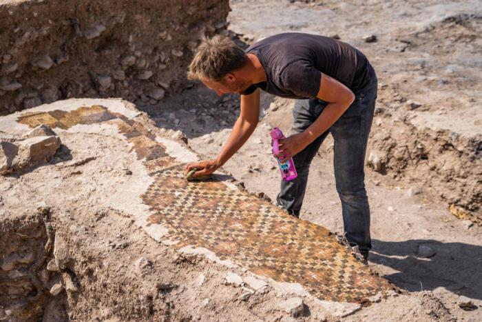 Очистка фрагментов мозаики в зоне для купания. /Фото:Питер Юлих, uni-muenster.de