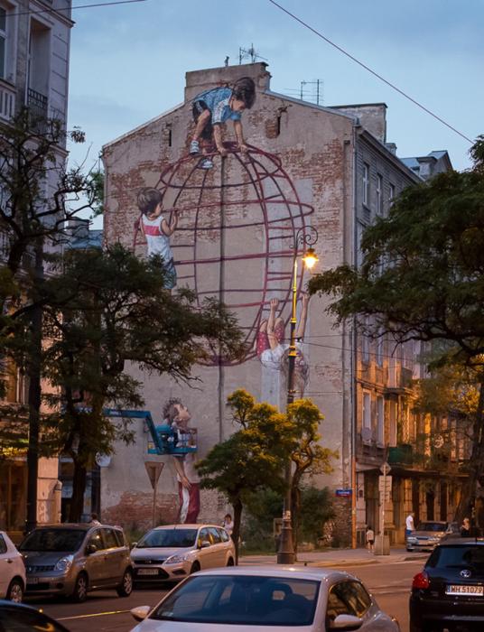 Дети лезут по городской стене в надежде, чтоб их услышали. /Фото:Maciej Kruger