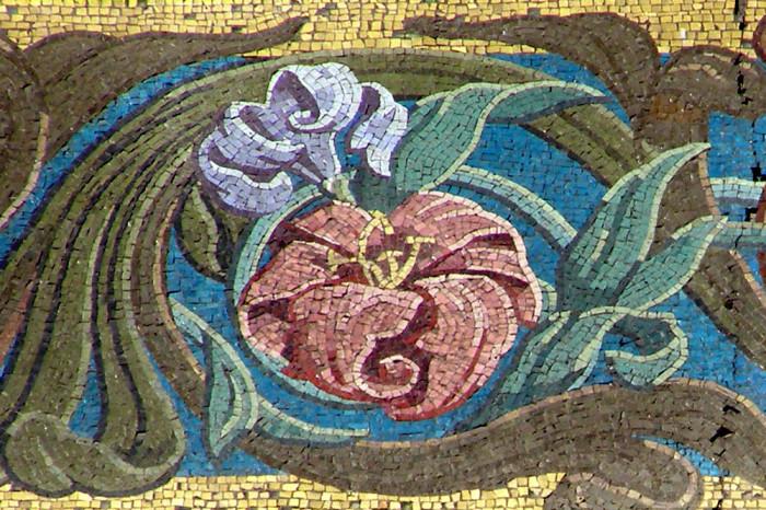 Фрагмент мозаики на фасаде. /Фото:nrfmir.ru