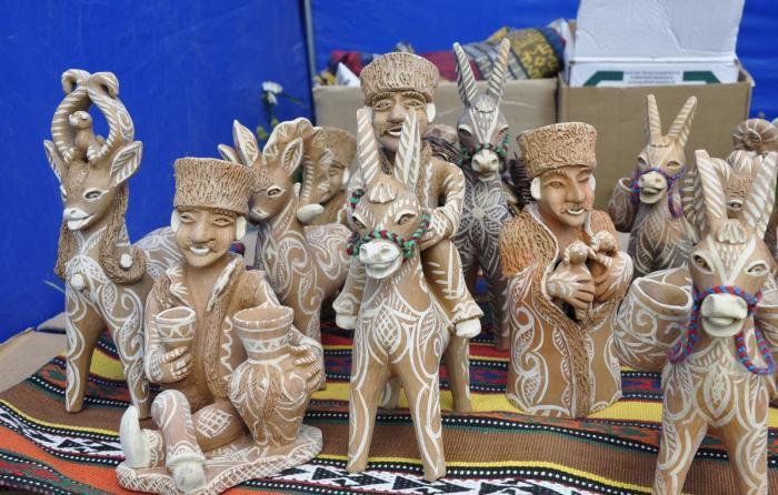 Балхарские мастерицы часто изображают людей, лошадей и осликов, бытовые сценки. /Фото:welcomedagestan.ru