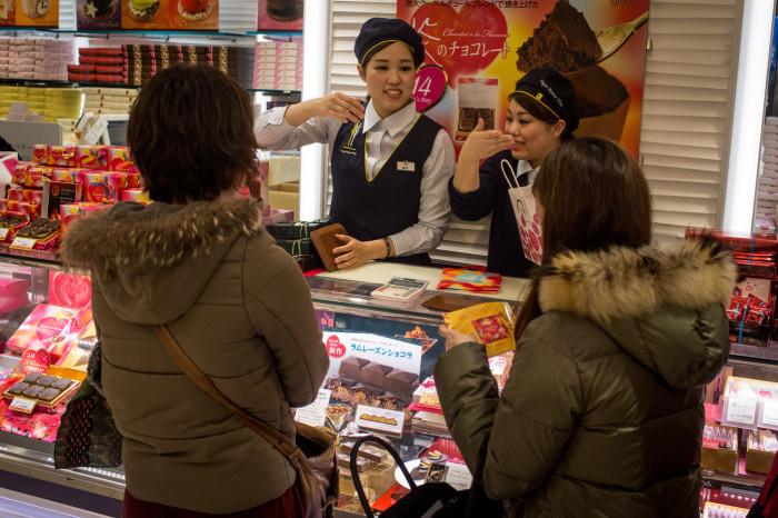 За неделю-две до Дня святого Валентина витрины японских магазинов ломятся от всевозможных сладостей в виде сердечек: дамы активно берут их для своих кавалеров. /Фото: woman.ru