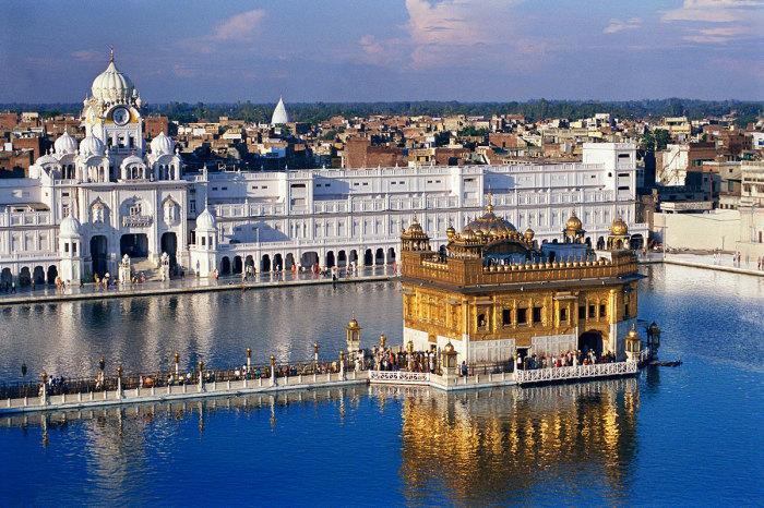 Главное, золотое здание расположено в центре пруда. /Фото:sacredsites.com