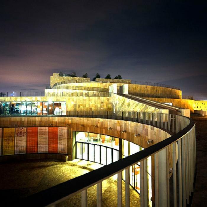 Театр в вечернее время подсвечивается/Фото:jazztour.ru