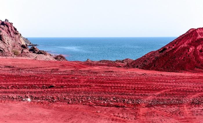 Земля в этой местности имеет от природы красный цвет. /Фото:iranviptour.com