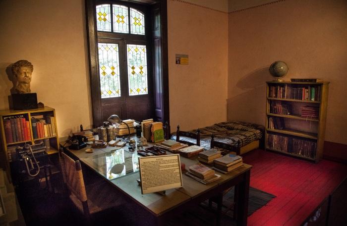 За этим столом Троцкий работал и принимал своего будущего убийцу. / Фото:demerjee