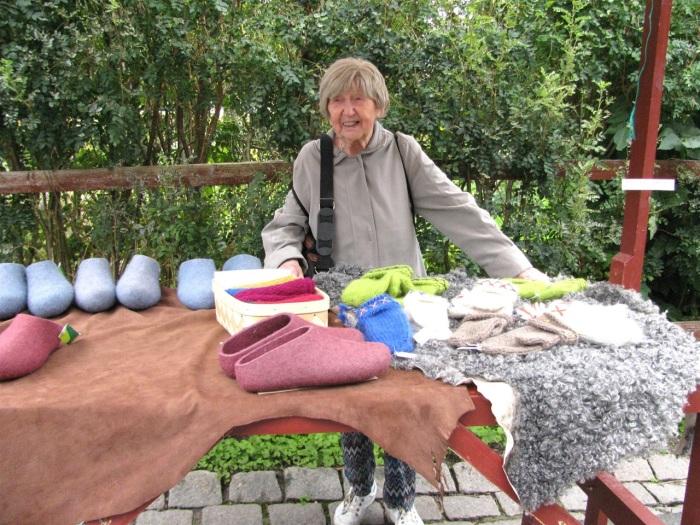 Дагни сфотографировалась на фоне товаров с блошиного рынка. /Фото: из личного блога Боян