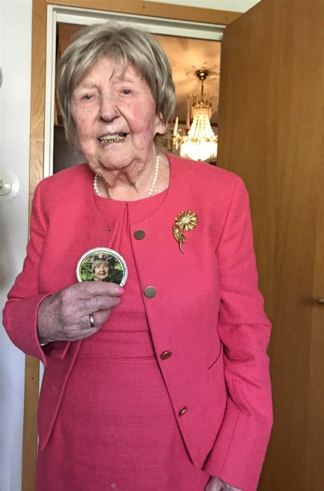 Дани подарили пирожные с её портретом.