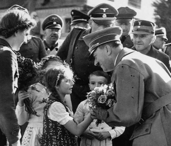 Девочка вручает фюреру цветы. Октябрь 1938 года, Гитлер на пике своей популярности. /Фото:e-libra.ru