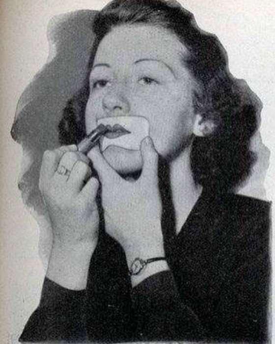 Чтобы добиться идеальной формы губ, женщины в начале века даже использовали трафареты.