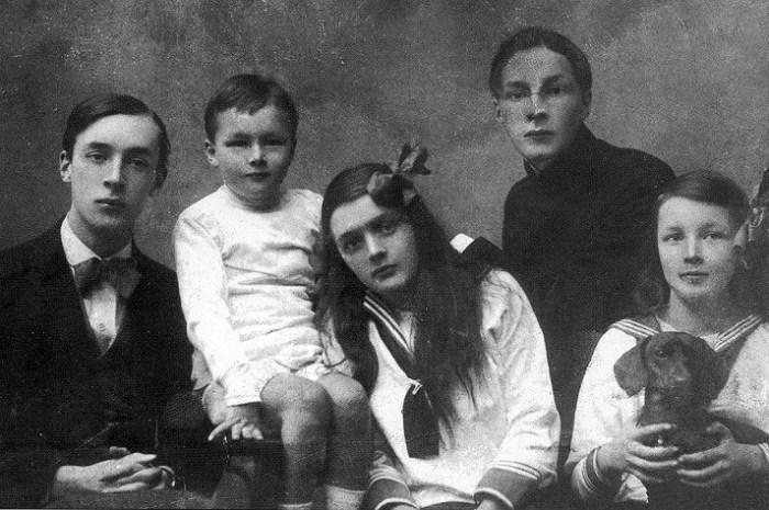 Владимир Набоков (слева) с братьями, сестрами и собакой. /Фото:randomstein.com