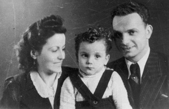 Фото австрийского бойца Сопротивления, заключенного Рудольфа Фримеля с женой и сыном. Случай уникальный: работавшему на администрацию лагеря узнику позволили расписаться в относящемся к лагерю загсе, который обычно выдавал только свидетельства о смерти. Вскоре после съемки глава семейства был расстрелян.