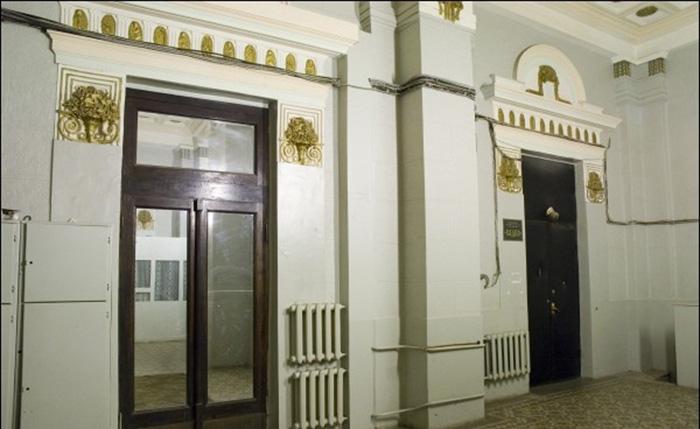 За одной из этих дверей раньше располагался детский сад. /Фото:moscowwalks.ru