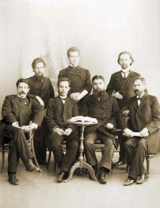 Павел Бажов (на фото стоит слева) с коллегами-педагогами по училищу. /Фото:ompural.ru