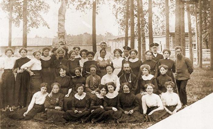 1910 год. Бажов со своими ученицами (на фото справа, рядом с ним стоит Валя, будущая жена). /Фото: ompural.ru