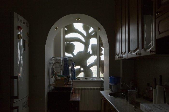 Вид из кухни в одной из квартир при современных хозяевах. Обзор закрывает интересная витая конструкция. /Фото:the-village.ru