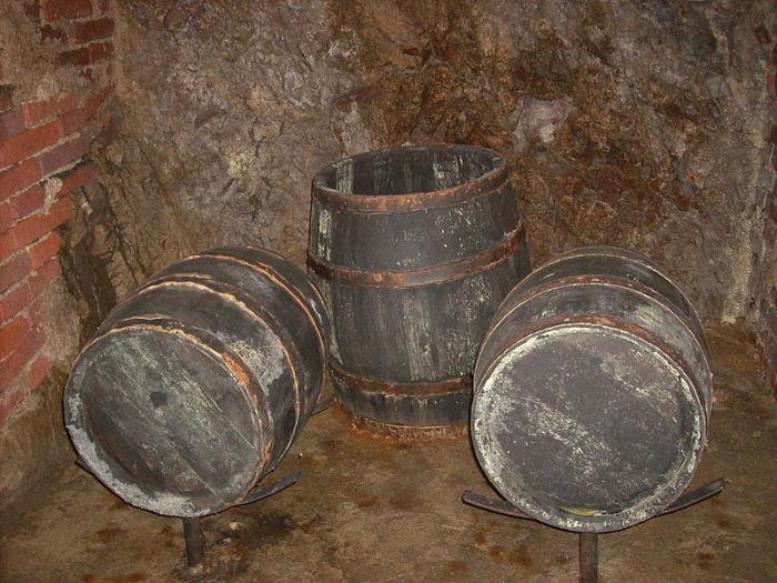 В таких бочках хранили пиво и вино. /Фото:mnoho.info,  Janiсka Schuminka