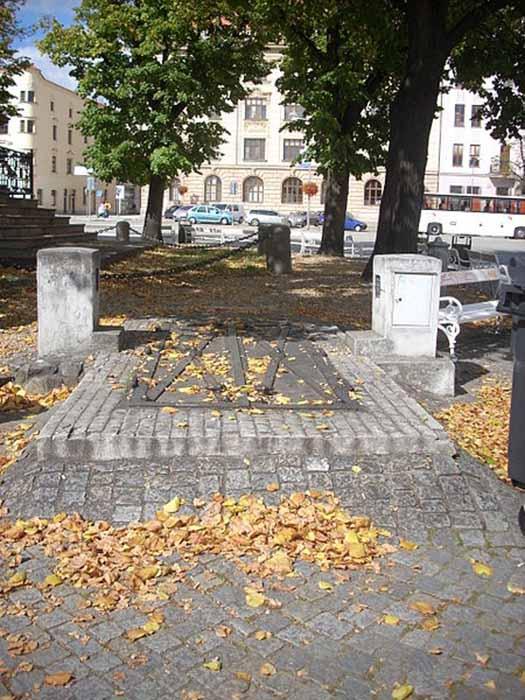 Один из многочисленных входов в катакомбы. Площадь Масарика. /Фото:mnoho.info, Janicka Schuminka