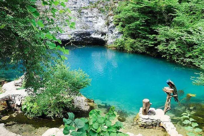 Вода здесь в любую погоду имеет лазурно-голубой цвет. /Фото:-georgia.com