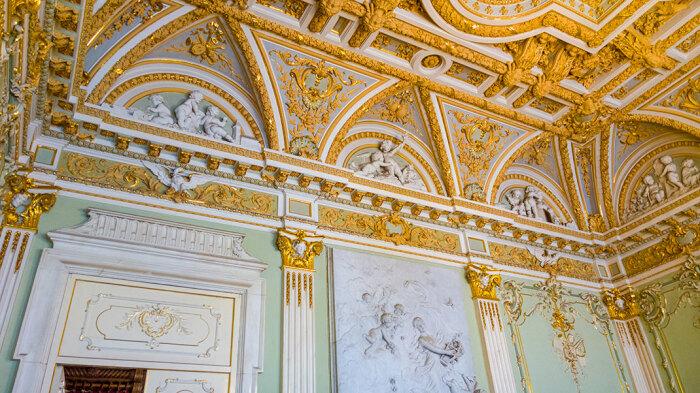 Белый зал выполнен в мраморе и изобилует позолотой. /Фото:4traveler.ru