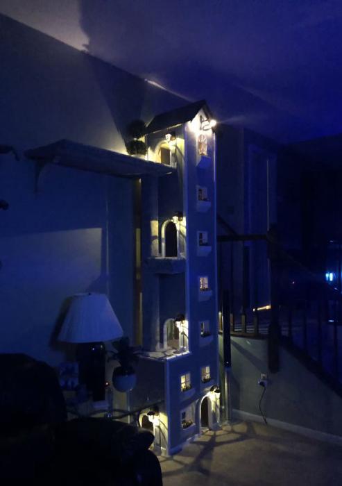 Домик светится изнутри.