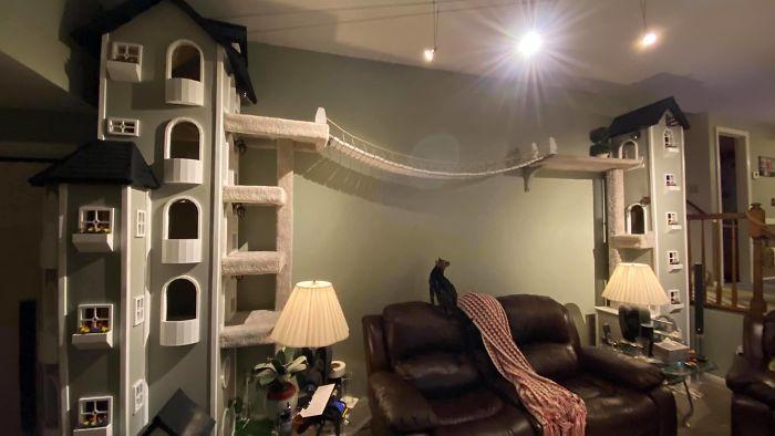 Высокие дома-башни прекрасно вписались в интерьер.