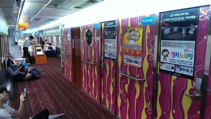Караоке в поезде. /Фото:@MapleQueefs, old.reddit.com