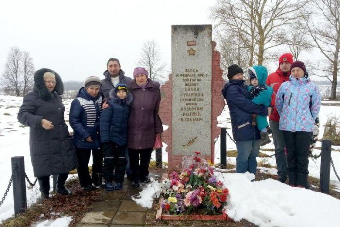 Потомки героя возле памятника. /Фото: odnarodyna.org