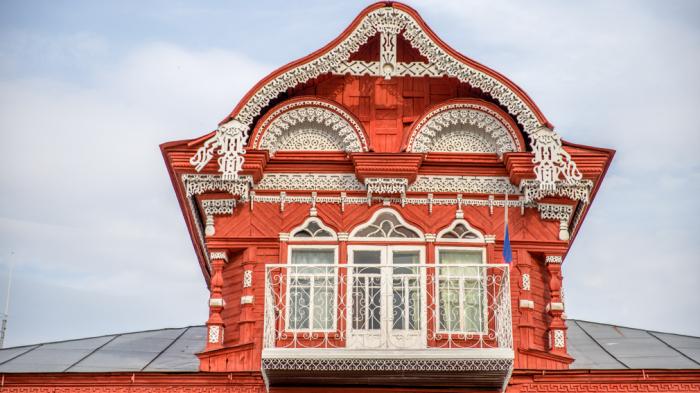 Верхняя часть здания с интересным балкончиком. /Фото:mybryansk.ru