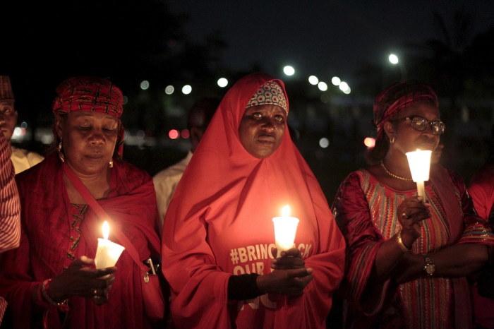 Женщины требуют от террористов вернуть их детей. /Фото:buzzfeed.com